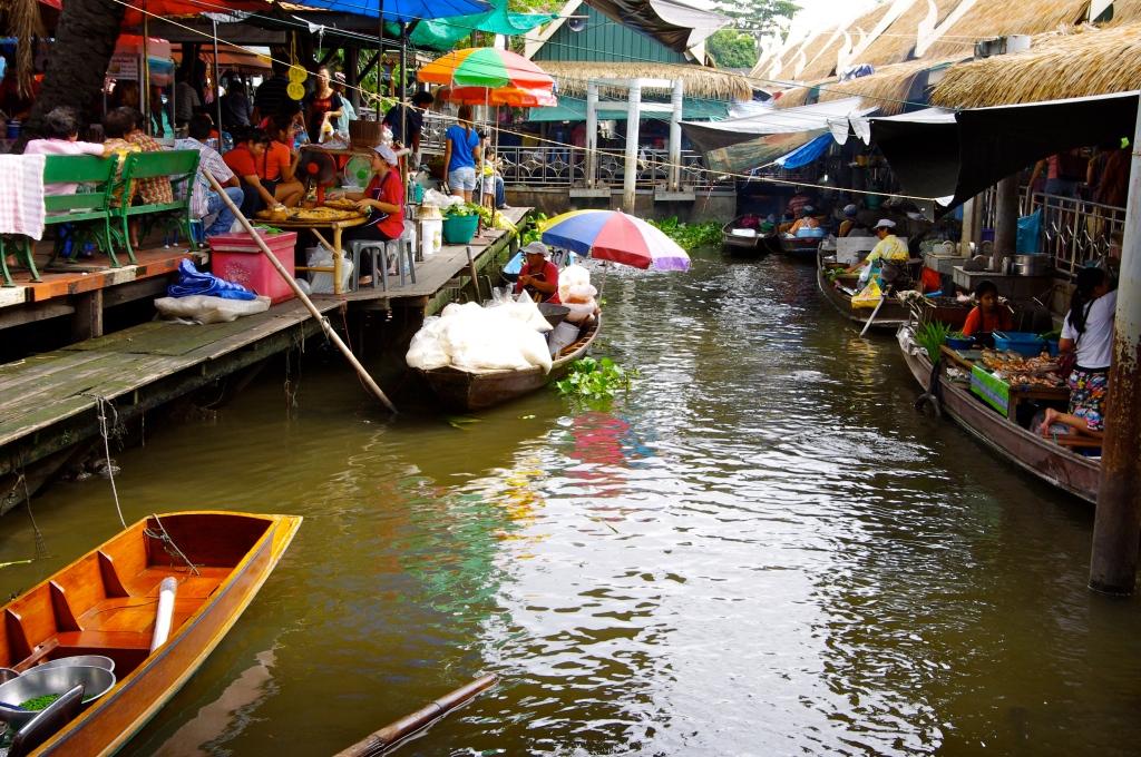 triveni floating market alleppey kerala