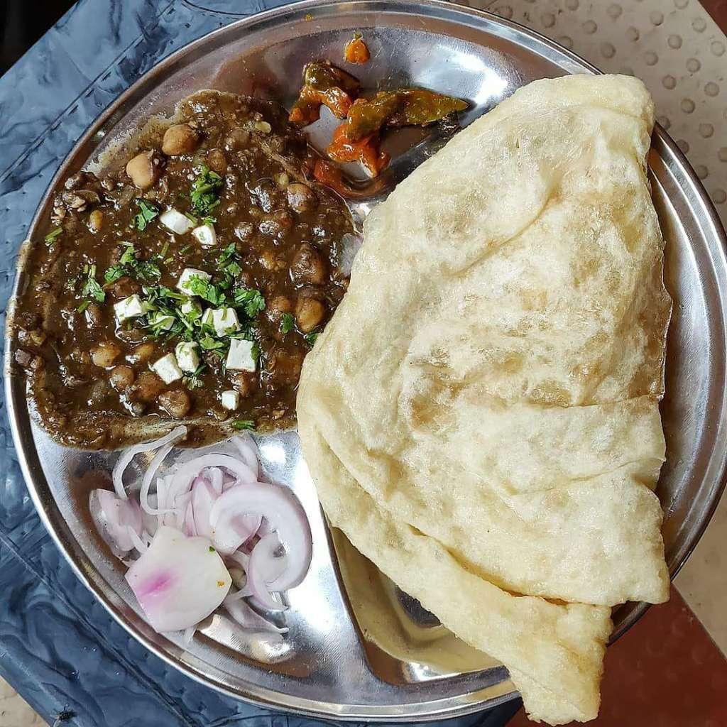 chole bhature lucknow shri lassi corner